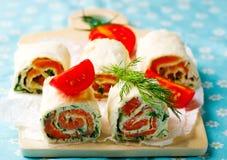 Petit pain de pain plat avec le fromage fondu et les saumons Photos libres de droits