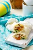 Petit pain de pain plat avec le poulet et la salade grillés Photo stock