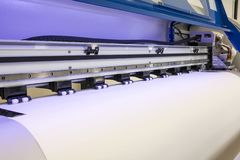 Petit pain de papier blanc dans la grande machine de jet d'encre de format d'imprimante pour des affaires industrielles photo stock