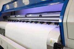 Petit pain de papier blanc dans la grande machine de jet d'encre de format d'imprimante pour des affaires industrielles photo libre de droits