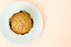Petit pain de plat et de fond brun Image libre de droits