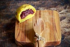 Petit pain de potiron de pain fait maison avec le haricot rouge image libre de droits