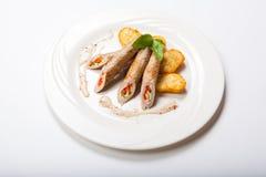Petit pain de poulet avec des légumes sur une table blanche Images stock