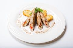 Petit pain de poulet avec des légumes sur une table blanche Images libres de droits