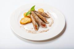 Petit pain de poulet avec des légumes sur une table blanche Photographie stock