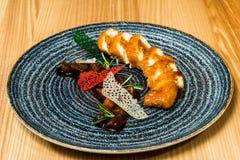 Petit pain de poulet dans un plat noir photo stock