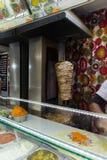 Petit pain de poulet de Shawarma dans un pain pita avec les légumes frais et la crème Photos libres de droits