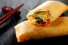 Petit pain de ressort croustillant avec des légumes et des pousses Photographie stock libre de droits