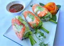 Petit pain de ressort frais avec des crevettes roses photographie stock