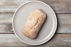 Petit pain de pain rustique de plat photographie stock libre de droits