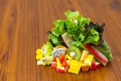 Petit pain de salade avec le fruit Image stock