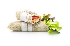 petit pain de salade d'enveloppe avec le poulet et les épinards Photographie stock