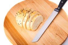 Petit pain de son, haricots noirs sur un plateau en bois Photo stock