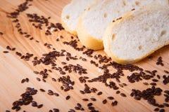 Petit pain de son, haricots noirs sur un plateau en bois Photo libre de droits