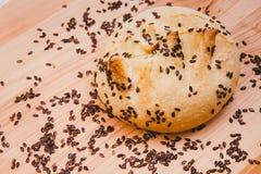 Petit pain de son, haricots noirs sur un plateau en bois Image stock