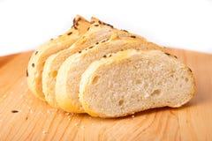 Petit pain de son, haricots noirs sur un plateau en bois Photographie stock