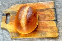 Petit pain de pain sur un hachoir Photos libres de droits