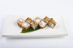 Petit pain de sushi avec des saumons, fromage fondu, oeufs brouillés, sésame Photo libre de droits