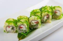 Petit pain de sushi avec du fromage, le poivre, et l'algue de Philadelphie Photographie stock libre de droits