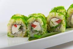Petit pain de sushi avec du fromage, le poivre, et l'algue de Philadelphie Image stock
