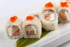 Petit pain de sushi avec l'omelette et le fromage de Philadelphie avec le caviar saumoné et rouge Photo libre de droits