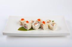 Petit pain de sushi avec l'omelette et le fromage de Philadelphie avec le caviar saumoné et rouge Photographie stock