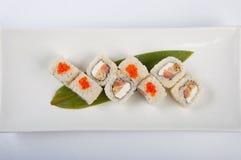 Petit pain de sushi avec l'omelette et le fromage de Philadelphie avec le caviar saumoné et rouge Images stock