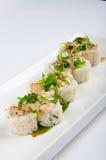 Petit pain de sushi avec le fromage fondu, algue, les graines de sésame, sauce épicée Photos stock