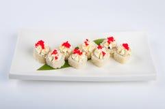 Petit pain de sushi avec le fromage fondu, thon, caviar rouge Photos libres de droits