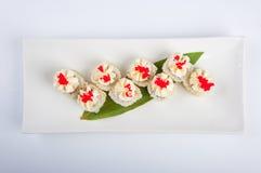 Petit pain de sushi avec le fromage fondu, thon, caviar rouge Photos stock