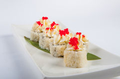 Petit pain de sushi avec le fromage fondu, thon, caviar rouge Image libre de droits