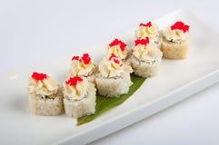 Petit pain de sushi avec le fromage fondu, thon, caviar rouge Photographie stock