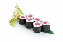 Petit pain de sushi avec le thon d'isolement sur le fond blanc Images libres de droits
