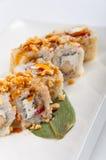 Petit pain de sushi avec le thon, fromage de Philadelphie, caviar de poissons de vol, arachides Photos stock