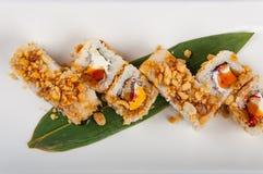 Petit pain de sushi avec le thon, fromage de Philadelphie, caviar de poissons de vol, arachides Images libres de droits