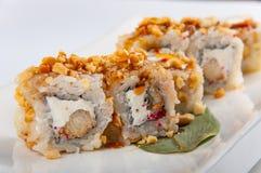 Petit pain de sushi avec le thon, fromage de Philadelphie, caviar de poissons de vol, arachides Images stock