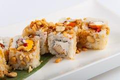 Petit pain de sushi avec le thon, fromage de Philadelphie, caviar de poissons de vol, arachides Image libre de droits