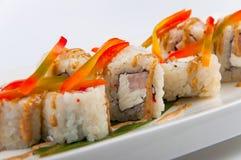 Petit pain de sushi avec le thon, fromage de Philadelphie, caviar de poissons de vol, paprika Images libres de droits
