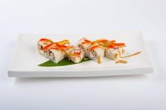 Petit pain de sushi avec le thon, fromage de Philadelphie, caviar de poissons de vol, paprika Images stock