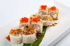Petit pain de sushi avec le thon, le fromage d'oeuf et fondu brouillé et le caviar rouge Images libres de droits