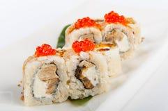 Petit pain de sushi avec le thon, le fromage d'oeuf et fondu brouillé et le caviar rouge Images stock