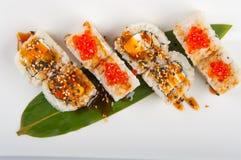 Petit pain de sushi avec le thon, le fromage d'oeuf et fondu brouillé et le caviar rouge Photographie stock libre de droits