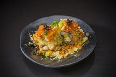 Petit pain de sushi avec les saumons et le tempura photo libre de droits