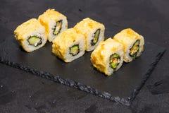 Petit pain de sushi chaud avec des saumons Nourriture japonaise 10 Images libres de droits