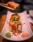 Petit pain de sushi délicieux avec du gingembre et le wasabi photographie stock libre de droits