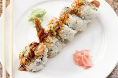 Petit pain de sushi d'avocat de Tempura de crevette Image stock