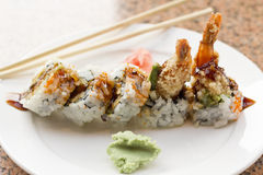 Petit pain de sushi d'avocat de Tempura de crevette Image libre de droits