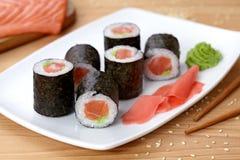 Petit pain de sushi de Maki avec des saumons, wasabi, gingembre et Photos libres de droits