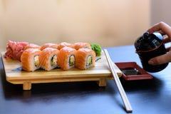 Petit pain de sushi de Philadelphie avec des baguettes Photo stock