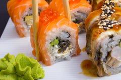 Petit pain de sushi de Philadelphie avec les oeufs de poisson saumonés Image libre de droits
